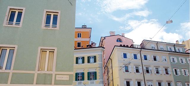 Trieste ha una scontrosa grazia. Se piace, è come un ragazzaccio aspro e vorace, con gli occhi azzurri e mani troppo grandi per regalare un fiore…
