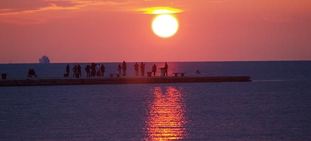 I tramonti a Trieste pare che il mare si spalanchi rosso. Color sodo, non sparso nell'aria, ma attaccato a grossi strati alle cose. Colore virulento. La scena grandiosa. Il sole brucia il mare. Si capisce che non si spegne.